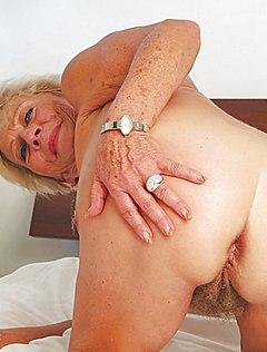 Возрастная бабка показывает пизду другу