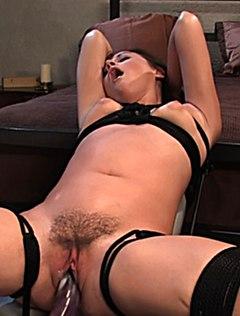 Девушка сильно сквиртует от секс устройства