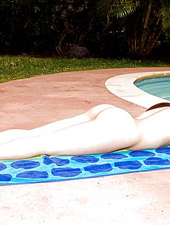 Веселая студентка разделась у бассейна