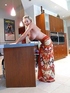 Жена с огромными титьками шалит в доме