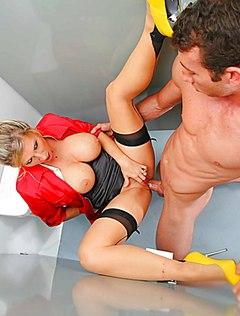 Коллегам понадобился жесткий секс в офисе