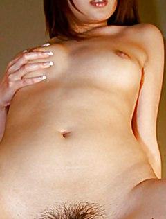 Девушка с небритой киской нежно онанирует
