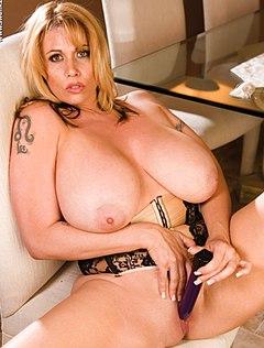 Женщина с огромными дойками показала шоу