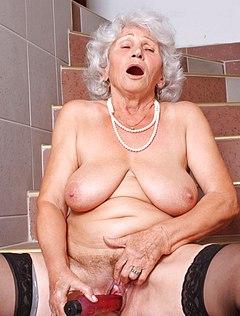 Озабоченная бабушка мастурбирует киску
