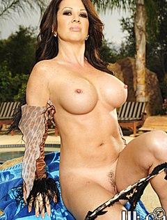 Женщина с силиконовой грудью классно позирует