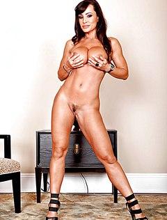 Lisa Ann голышом ласкает свои прелести