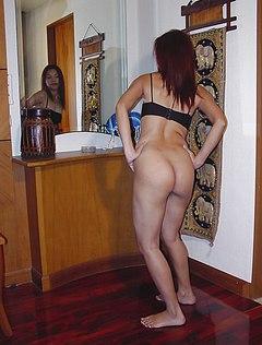 Девка фотографируется голой около зеркала