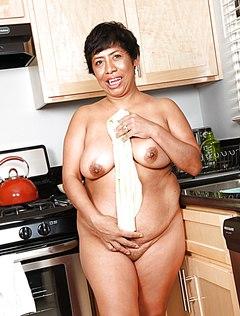 Голая бабка на кухне хорошо проводит время