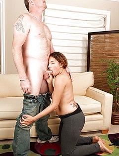 Волосатая латинка трахается с мужем на диване