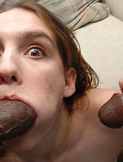 Пошлая голая студентка ублажает двух самцов