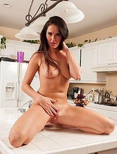 Игривая домохозяйка обнажается на кухне