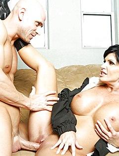 Спортивный лысый мачо натягивает женщину