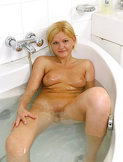 Веселая блондинка подрочила киску в душе