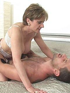 Мамка трахается с парнем ради спермы в ротик