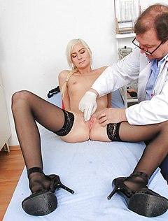 Телка у гинеколога сильно возбуждается