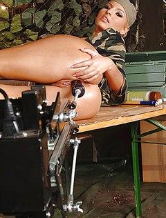 Спортивная блондинка мастурбирует в армии