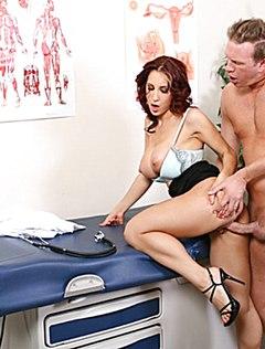 Пациент трахает врача в бритую пизденку