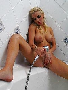 Сисястая блондиночка ласкает писю душем