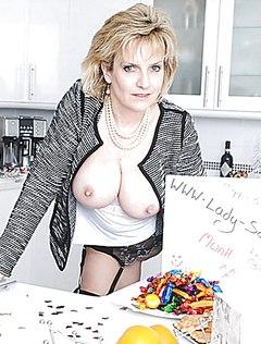 Мамка без трусиков готовит ужин для мужа