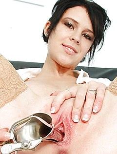 Медсестра показывает вагину и раскрывает ее инструментом