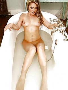 Обнаженная телка в ванне делает эротические фото