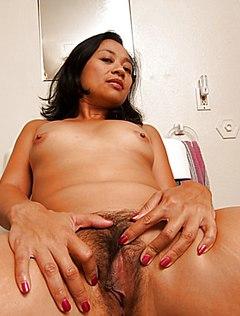 Восточная женщина в ванне засветила пушистую вульву
