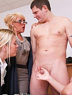 Трое начальниц дрочат маленький член подчиненного