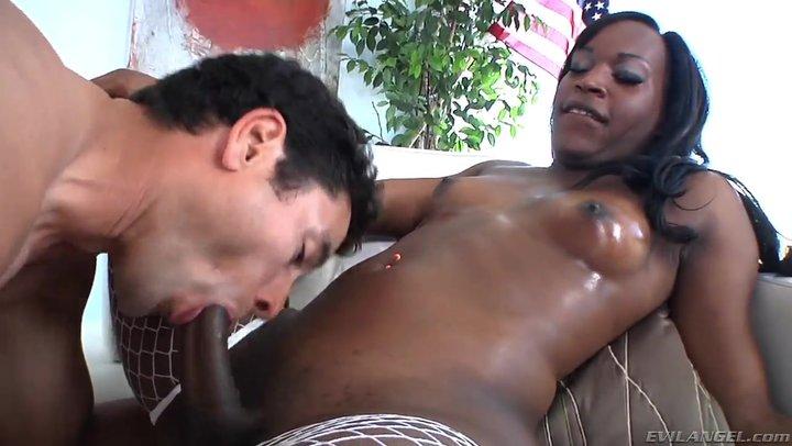 Трансвеститка трахает парня в рот порно — 13