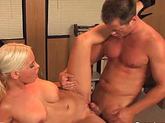 Возбужденная жена дает любовнику на кухонном столе