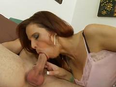 Рыжеволосая женщина сексуально заглотила член