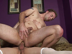 Молодой трансвестит уверенно ебет мужика в жопу