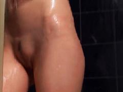 Очаровательная девушка моется в душевой кабинке