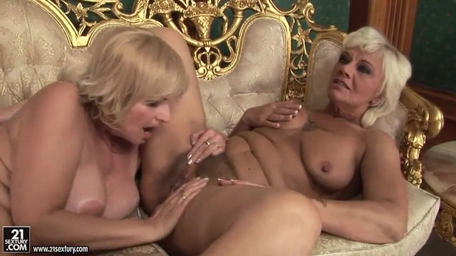 Порно старой с молодыми лесбиянками — pic 1