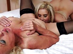 Пикантный лесбийский инцест на большой кровати