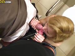 Красавчики развели прохожую на секс в туалете