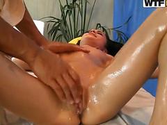 Стройной студентке понравился массаж-мастурбация