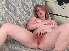 Толстая девочка уверенно дрочит мохнатку