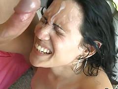Сперма на лице брюнетки - результат жаркого секса