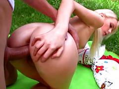 Парень трахнул на улице в жопу подругу блондинку
