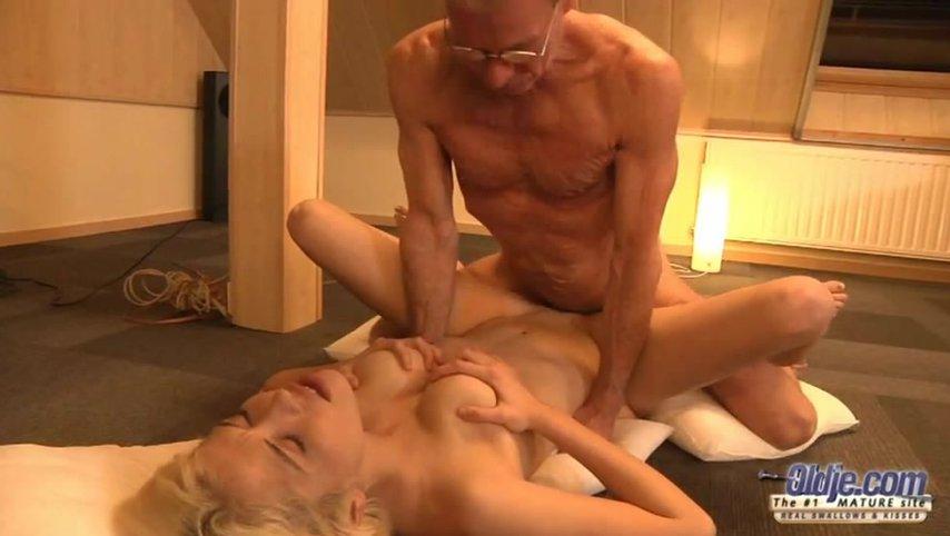Дедушка и внук занимаются сексом