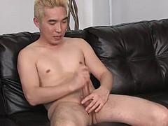 Зрелый китаец дрочит пенис по просьбе приятеля