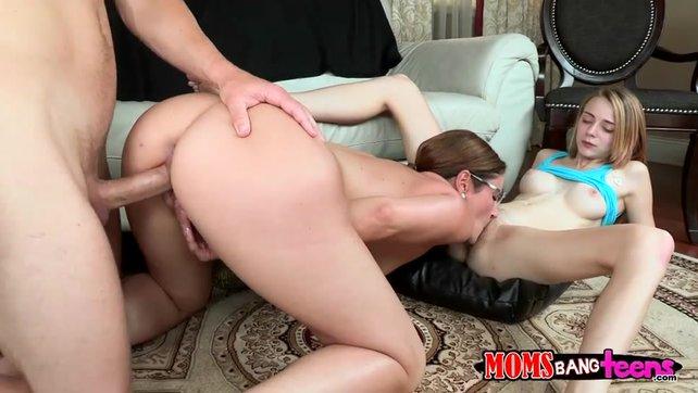 Маму и дочку жестко ебут