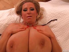 Женщина с огромными дойками раздевается