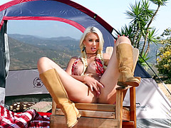 Блонде нравится мастурбация на природе