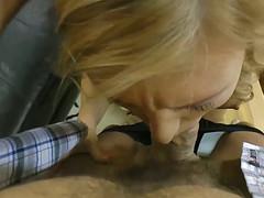 Жаркая блонда обслуживает толстый фаллос