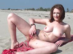 Жена мастурбирует на пляже перед мужем