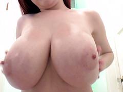 У рыжей бабы большая натуральная грудь