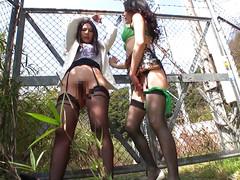 Девушки играют с пизденками на улице