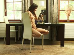Candice Luka возбудилась и мастурбирует на стуле