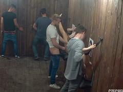Мужики трахают через стену незнакомых девок
